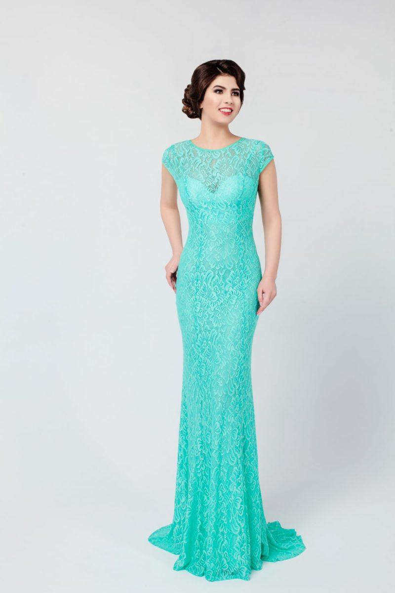 Элегантное вечернее платье облегающего кроя с открытой спинкой и круглым вырезом.