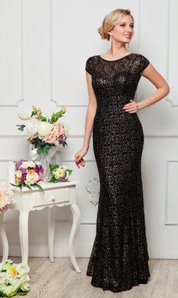 Оригинальное вечернее платье облегающего кроя, покрытое плотным слоем кружевной ткани.