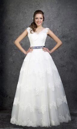 Элегантное свадебное платье «принцесса» с цветным поясом и V-образным вырезом.