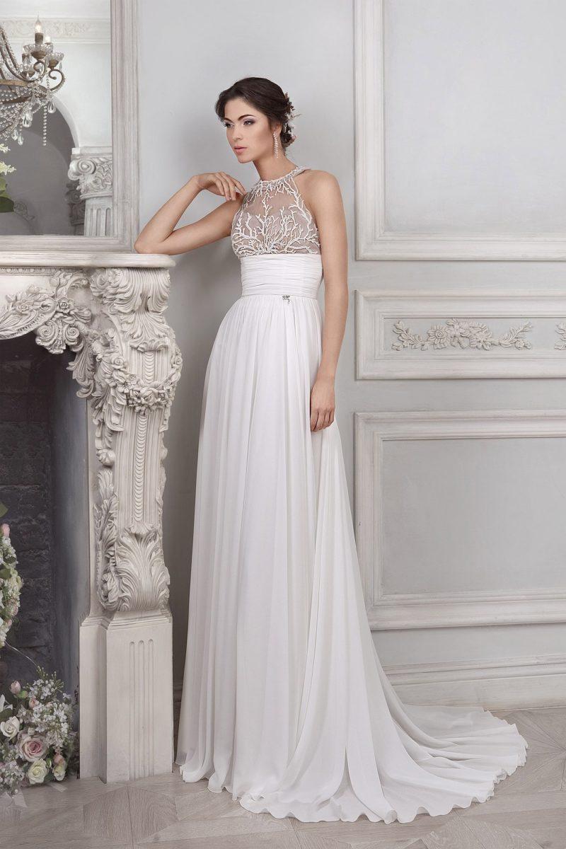 Элегантное свадебное платье прямого кроя с широким поясом и лифом на бежевой подкладке.