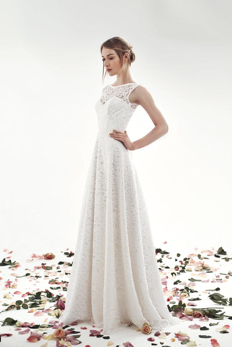 Изысканное свадебное платье с юбкой А-силуэта, оформленное кружевом.