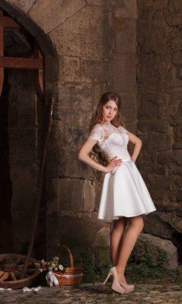 Короткое свадебное платье с кружевным портретным декольте и пышной атласной юбкой.