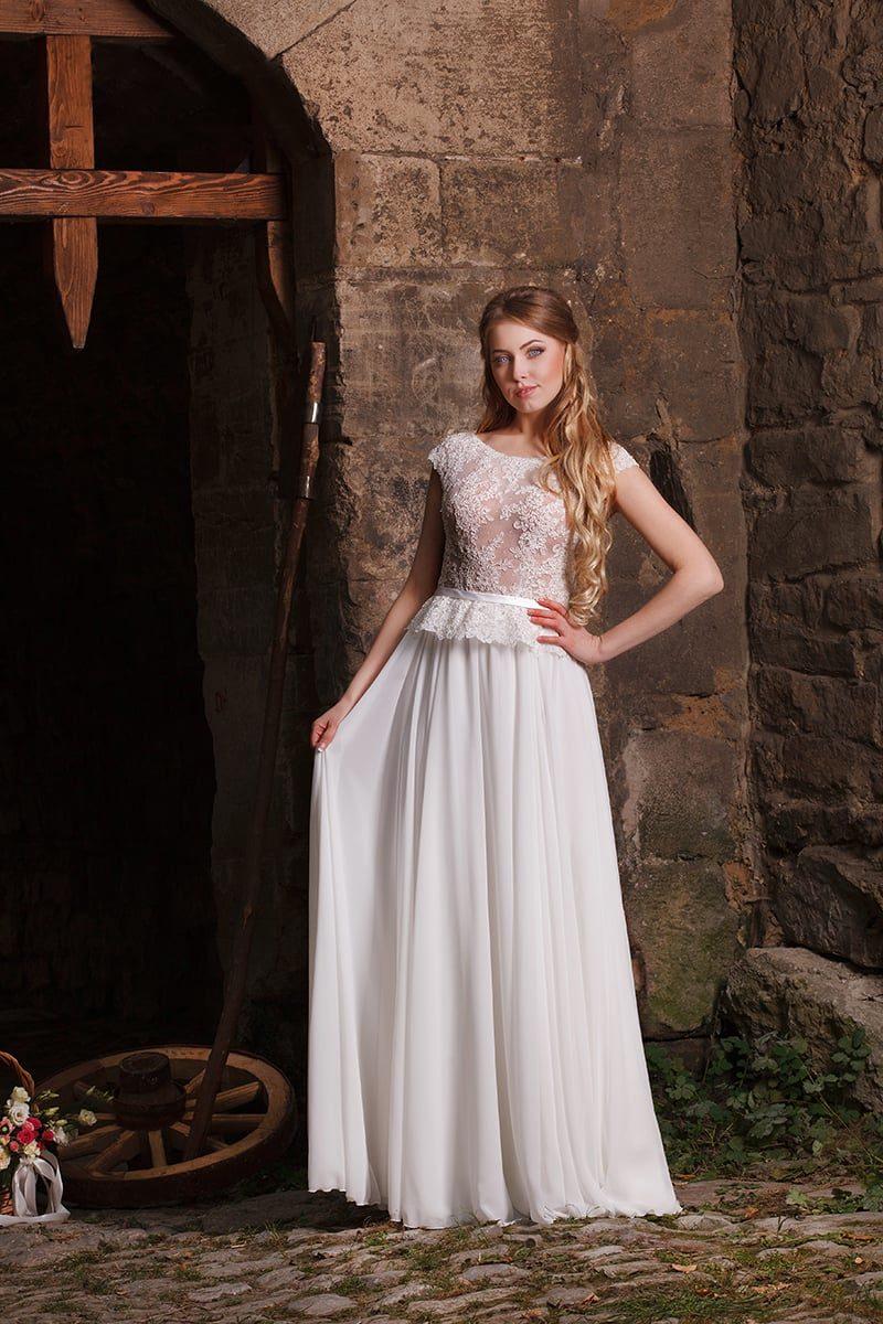 Прямое свадебное платье с открытой округлым вырезом спинкой и кружевной баской.