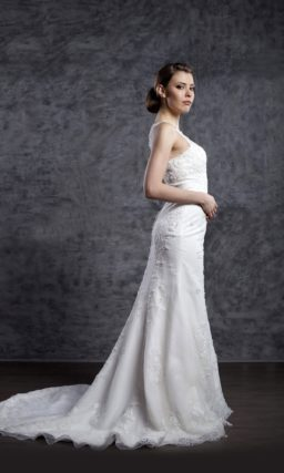 Кружевное свадебное платье с закрытым лифом и юбкой А-силуэта со шлейфом.