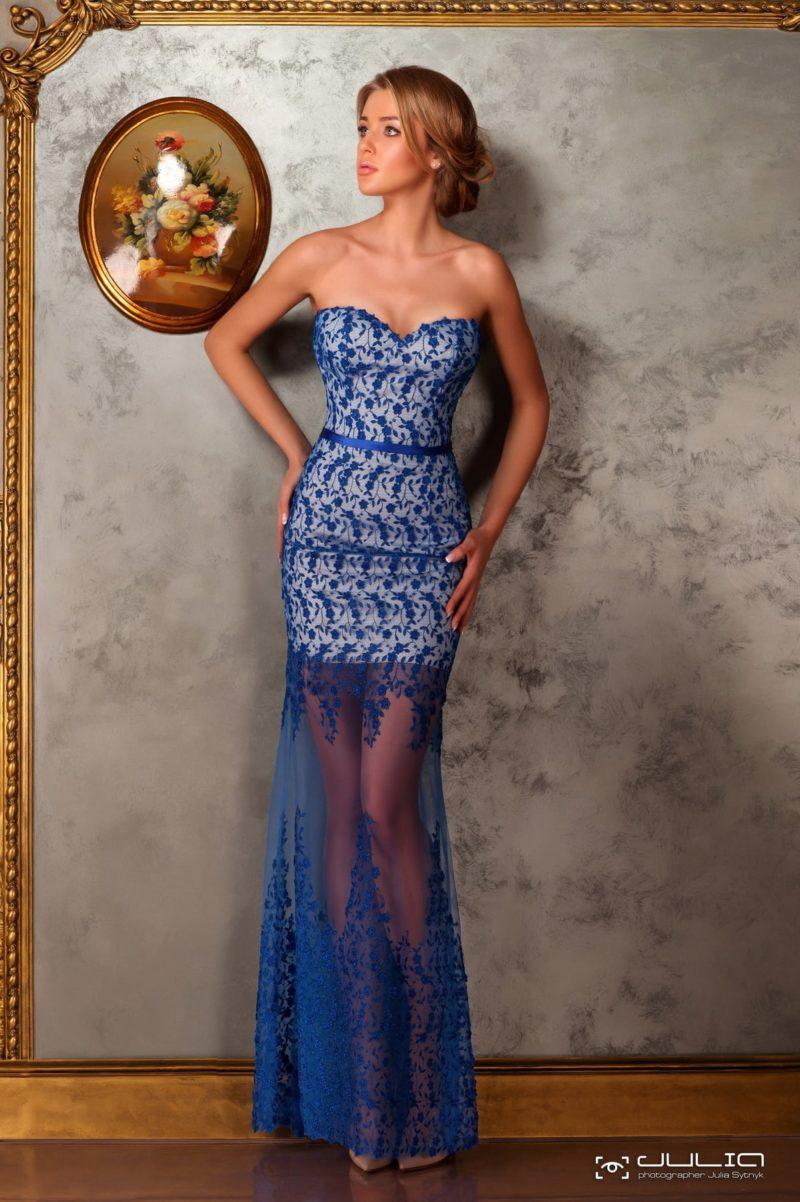 Открытое вечернее платье с полупрозрачной юбкой и синим кружевом.