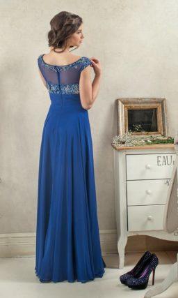Синее вечернее платье прямого кроя с серебристой вышивкой на лифе.