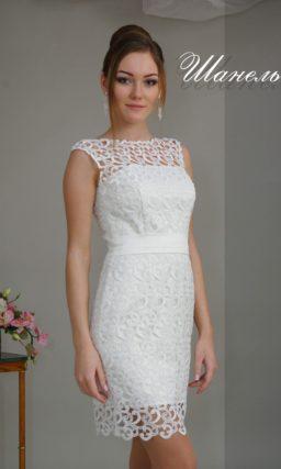 Элегантное вечернее платье-футляр, декорированное белым кружевом по всей длине.
