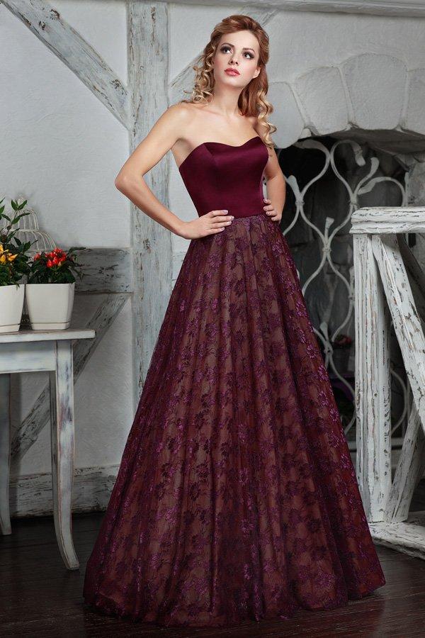 Пышное вечернее платье бордового цвета с кружевом по подолу.