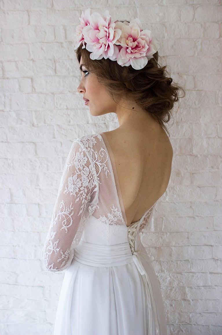 Прямое свадебное платье с кружевным рукавом длиной три четверти.