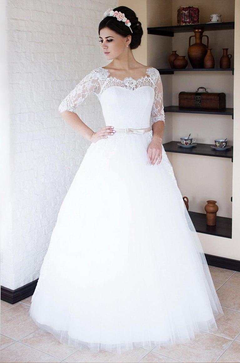 Женственное свадебное платье с пышной юбкой и кружевным верхом.