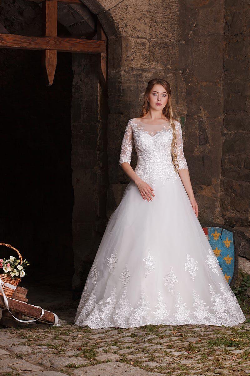 Элегантное свадебное платье «принцесса» с многослойной юбкой и облегающими рукавами.