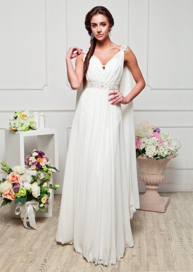Белоснежное вечернее платье в греческом стиле с V-образным вырезом и накидкой сзади.