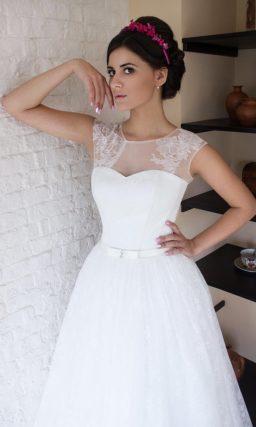 Пышное свадебное платье с кружевной отделкой на плечах.