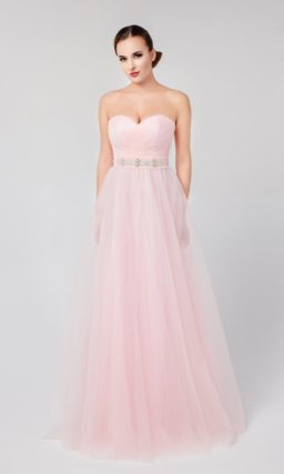 Открытое вечернее платье пастельного розового оттенка с широким поясом и лифом-сердечком.