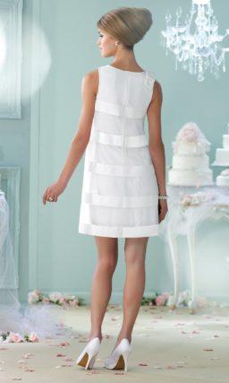 Прямое свадебное платье до середины бедра с отделкой атласными полосами.