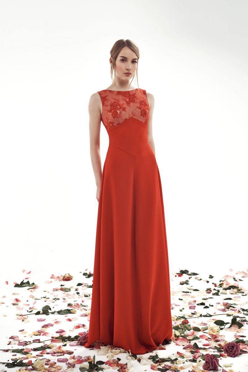 Прямое свадебное платье красного цвета с закрытым кружевным лифом.