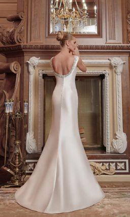 Безупречное свадебное платье из атласа, с бантом на талии и глубоким вырезом сзади.