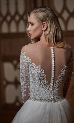 Свадебное платье с драматичным фигурным декольте и многослойной юбкой со шлейфом.