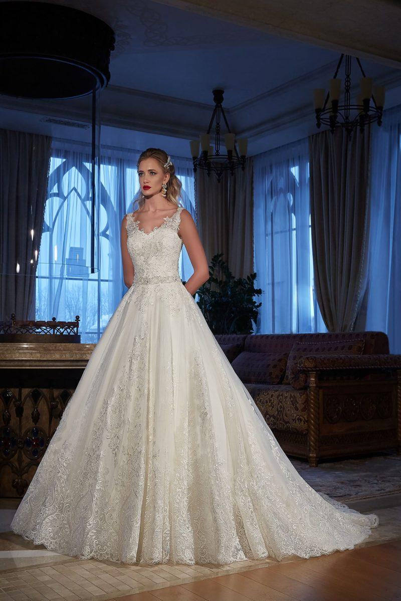 Кружевное свадебное платье пышного кроя с глубоким декольте на спинке.
