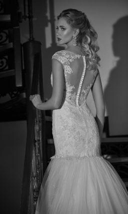 Торжественное свадебное платье «русалка» с многоуровневой юбкой с длинным шлейфом.