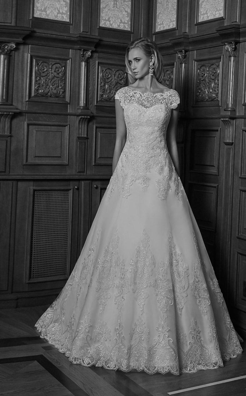 Традиционное свадебное платье кроя «трапеция» с кружевным декором и открытой спинкой.