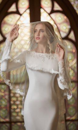 Стильное облегающее свадебное платье с открытой спинкой и кружевным шлейфом.