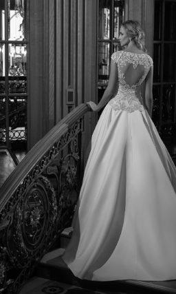Атласное свадебное платье лаконичного кроя, дополненное кружевным топом.