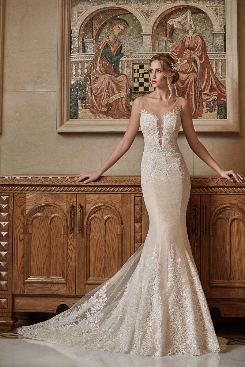 Бежевое свадебное платье с глубоким вырезом декольте и открытой спинкой с рядом пуговиц.