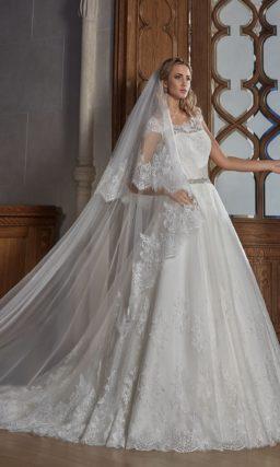 Пышное свадебное платье с фигурным округлым декольте и короткими кружевными рукавами.