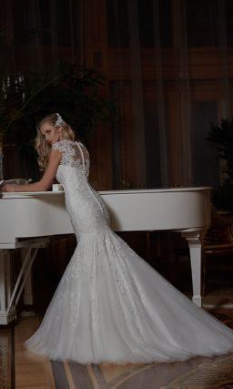 Свадебное платье, украшенное бисерным поясом и кружевными аппликациями от лифа до юбки «рыбка».