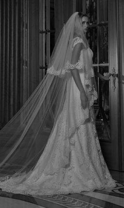 Свадебное платье пышного кроя с многослойной юбкой с полупрозрачным верхом.