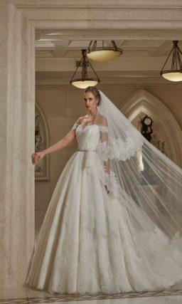 Женственное свадебное платье с открытым декольте со спущенными на предплечья бретелями.
