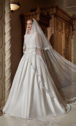 Лаконичное свадебное платье с округлым вырезом и скрытыми карманами.