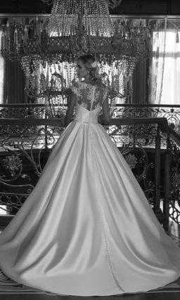Великолепное свадебное платье с ажурной спинкой и потрясающей атласной юбкой со шлейфом.
