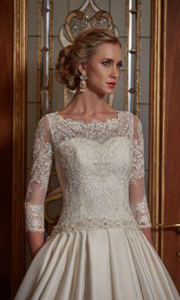 Свадебное платье с объемной атласной юбкой со шлейфом и кружевными рукавами в три четверти.