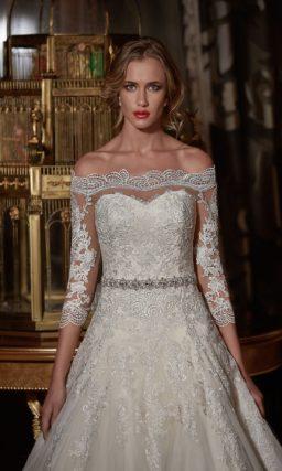Классическое свадебное платье с портретным декольте и декором плотным кружевом.
