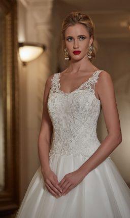 Романтичное свадебное платье, открывающее декольте V-образным вырезом с кружевными бретелями.