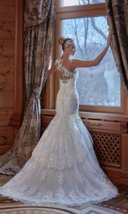 Облегающее свадебное платье с прозрачной спинкой и многоярусной юбкой.