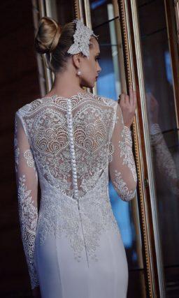 Закрытое свадебное платье, красиво подчеркивающее верх фигуры кружевным лифом с рукавом.