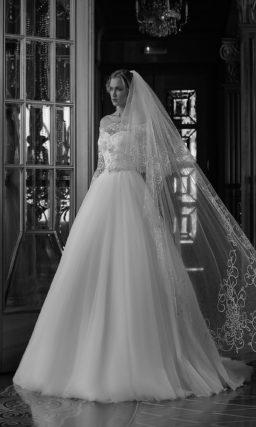 Пышное свадебное платье с портретным декольте и длинными кружевными рукавами.