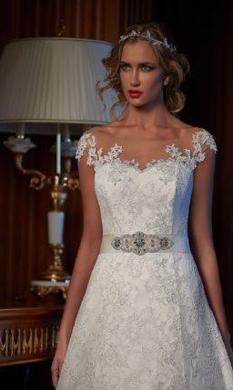 Сверкающее свадебное платье А-силуэта с мелким кружевом отделки по всей длине.