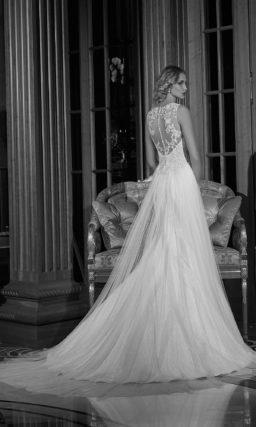 Неповторимое свадебное платье с закрытым лифом и роскошной юбкой с длинным шлейфом.