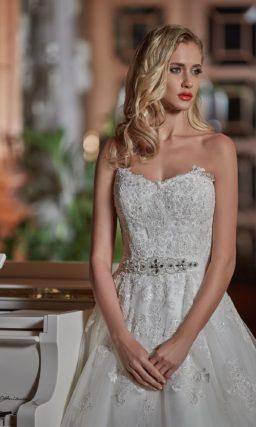 Романтичное свадебное платье с объемной юбкой и сияющими аппликациями на корсете.