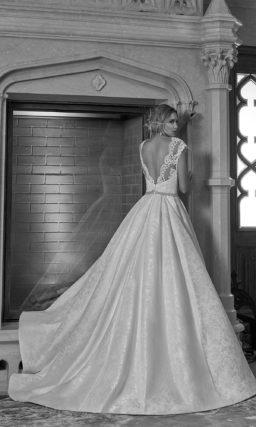 Свадебное платье из фактурной ткани, подчеркивающее фигуру кроем «трапеция».