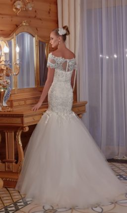 Притягательное свадебное платье с фактурным корсетом и многослойной юбкой «русалка».