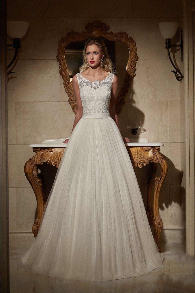 Женственное свадебное платье, декорированное складками по юбке и вырезом сзади.