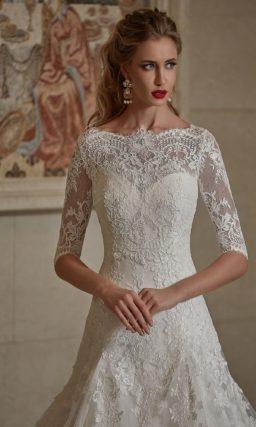 Открытое свадебное платье с кружевной отделкой лифа и юбкой силуэта «трапеция».