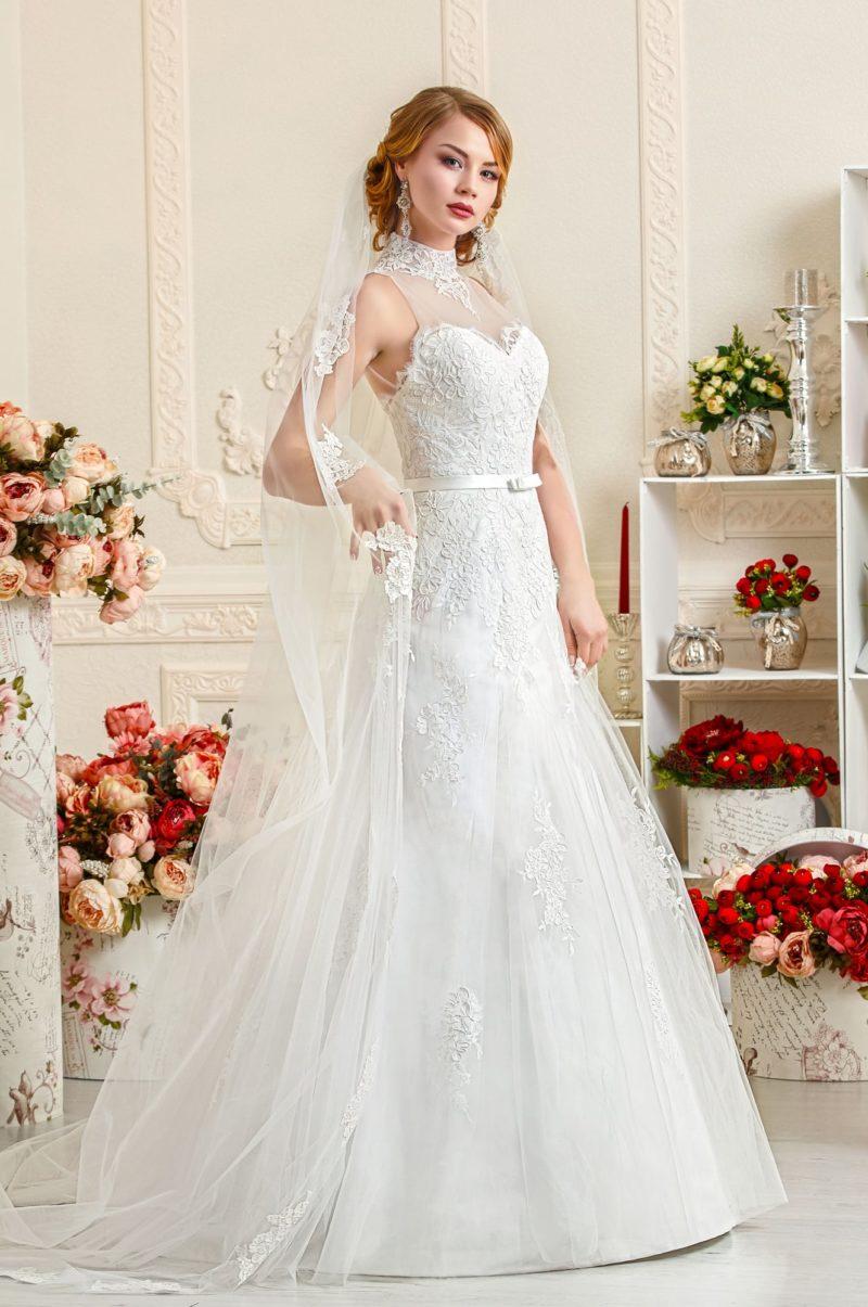 Свадебное платье «трапеция» с американской проймой, воротником-стойкой и узким поясом.