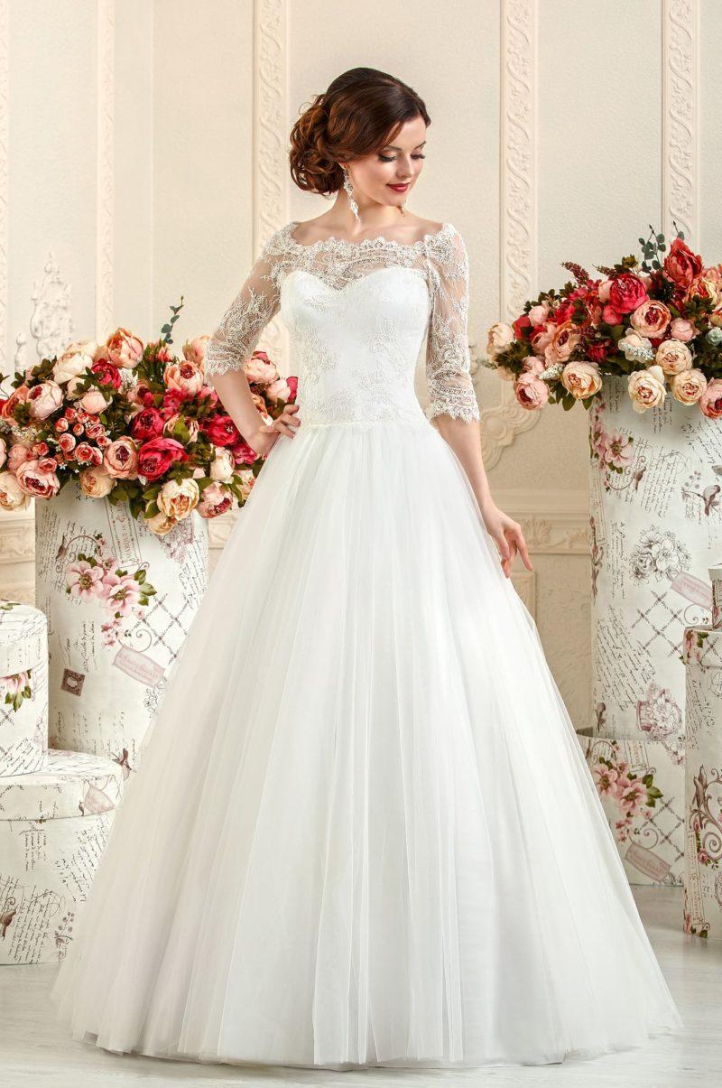Свадебное платье А-силуэта с портретным декольте, оформленным кружевной тканью.