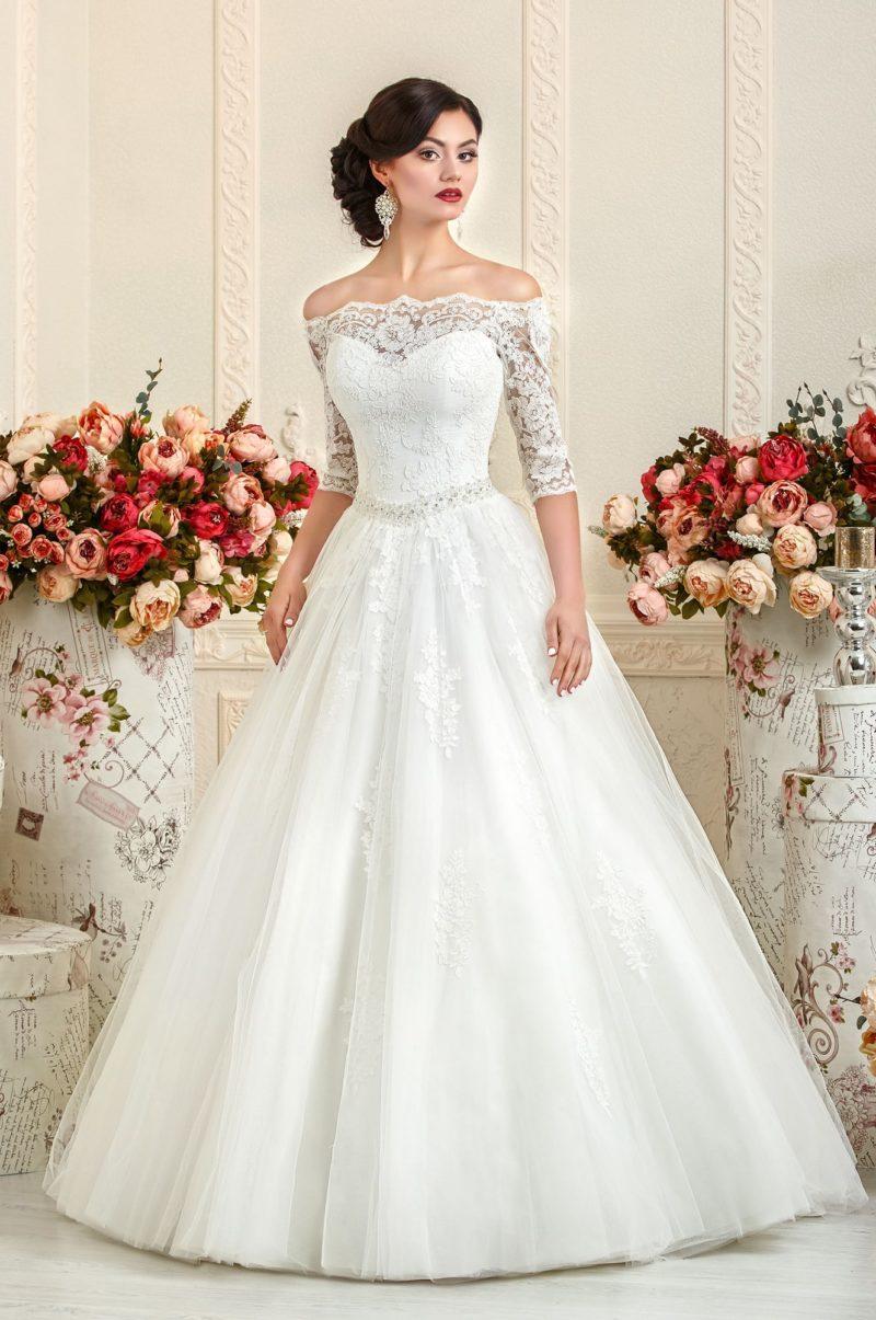 Стильное свадебное платье с выразительным портретным декольте и облегающими рукавами.
